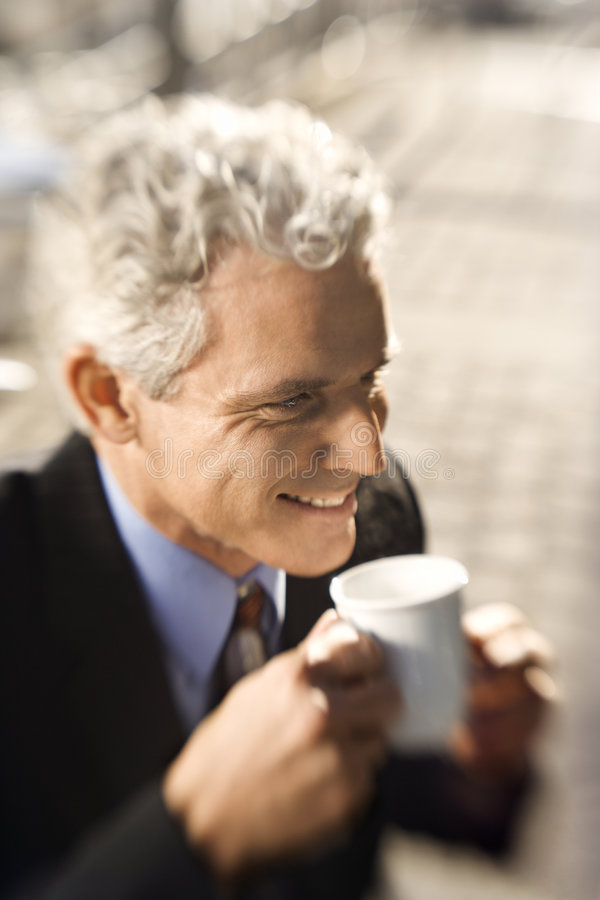 Café potable d'homme d'affaires. photo libre de droits