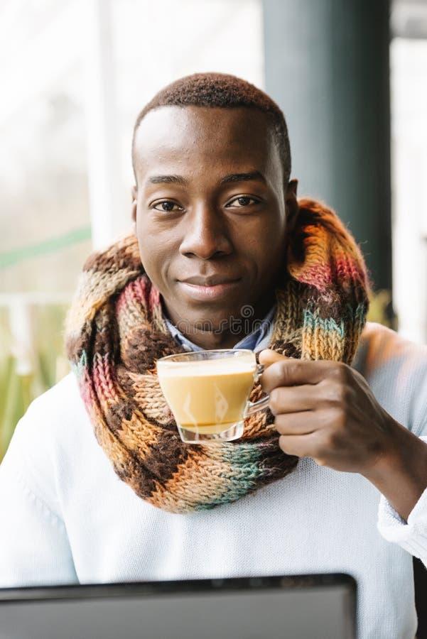 Café potable d'homme d'affaires dans le café images libres de droits