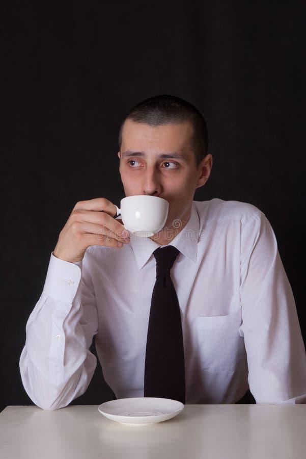 Café potable d'homme d'affaires triste photos stock