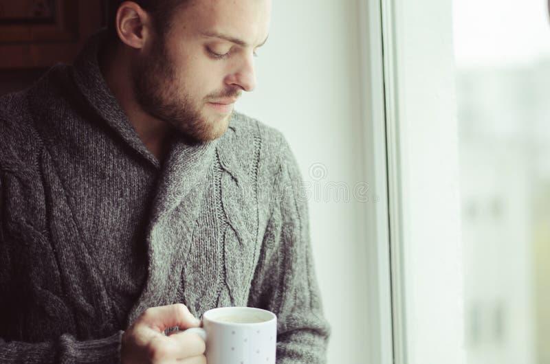 Café potable de bel homme barbu image libre de droits