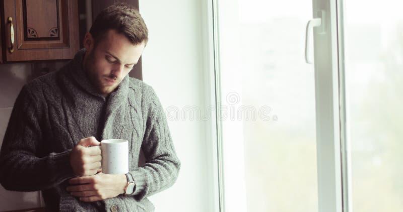 Café potable de bel homme barbu photo libre de droits