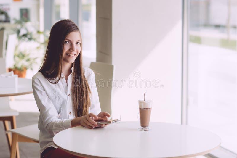 Café potable de belle brune sur la terrasse d'été photo stock