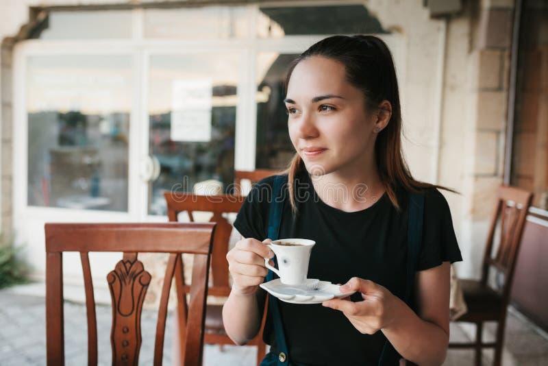 Café potable de belle femme au café photos libres de droits