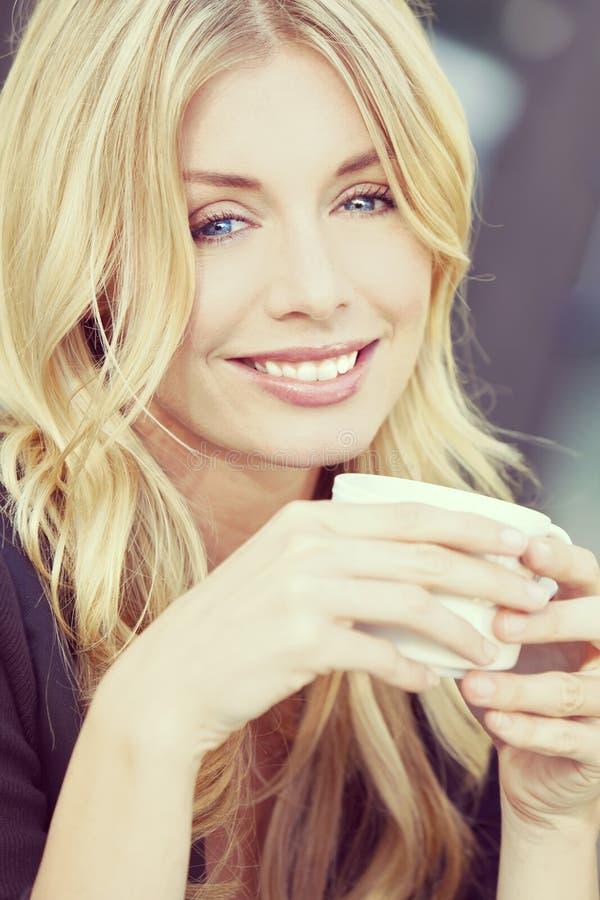 Café potable de belle femme blonde de style d'Instagram photos stock
