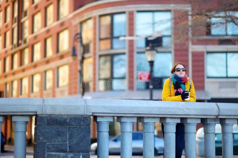 Café potable de belle jeune femme la journée de printemps ensoleillée à New York photos libres de droits