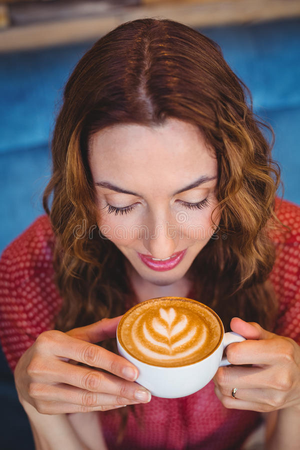 Download Café Potable De Brune Occasionnelle Image stock - Image du personne, vaisselle: 56485259