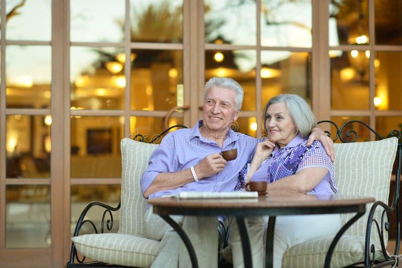 Café potable de couples photo stock