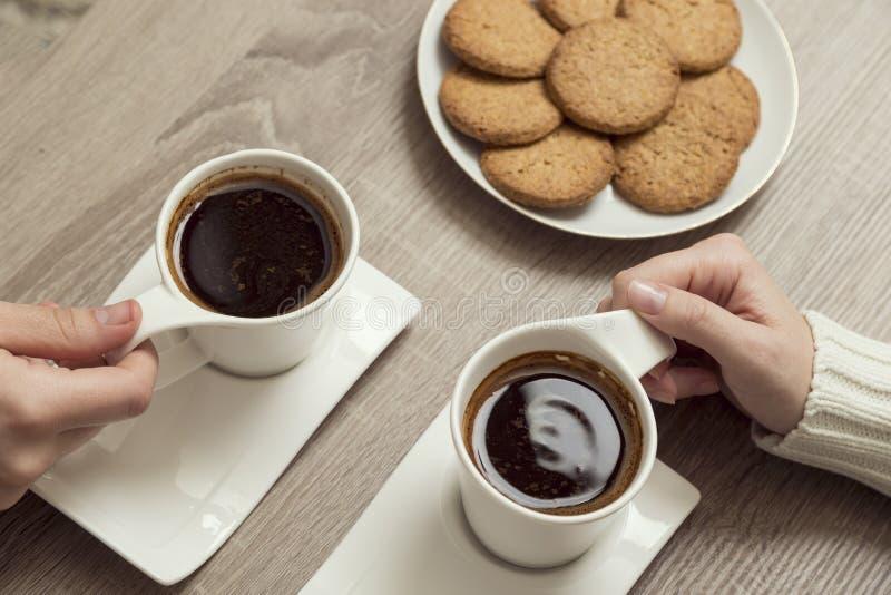 Café potable de couples images stock
