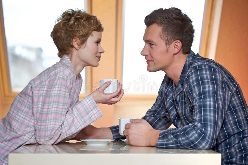 Café potable de couples image stock