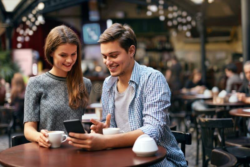 Café potable de couples la date en café image stock