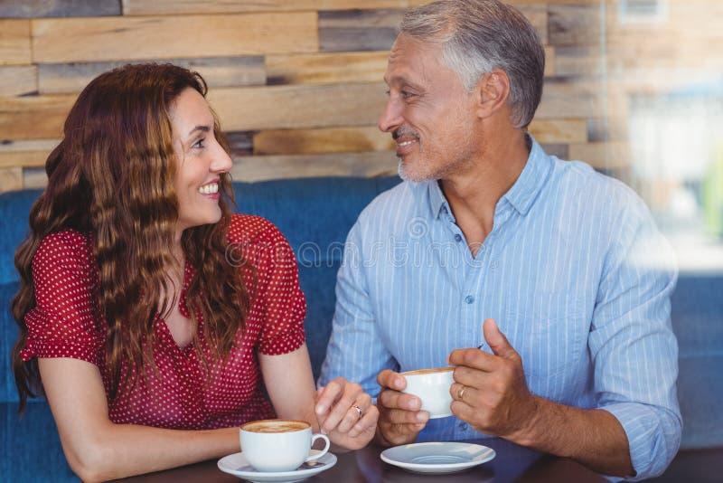 Download Café Potable De Couples Mignons Photo stock - Image du amoureux, sensations: 56485304