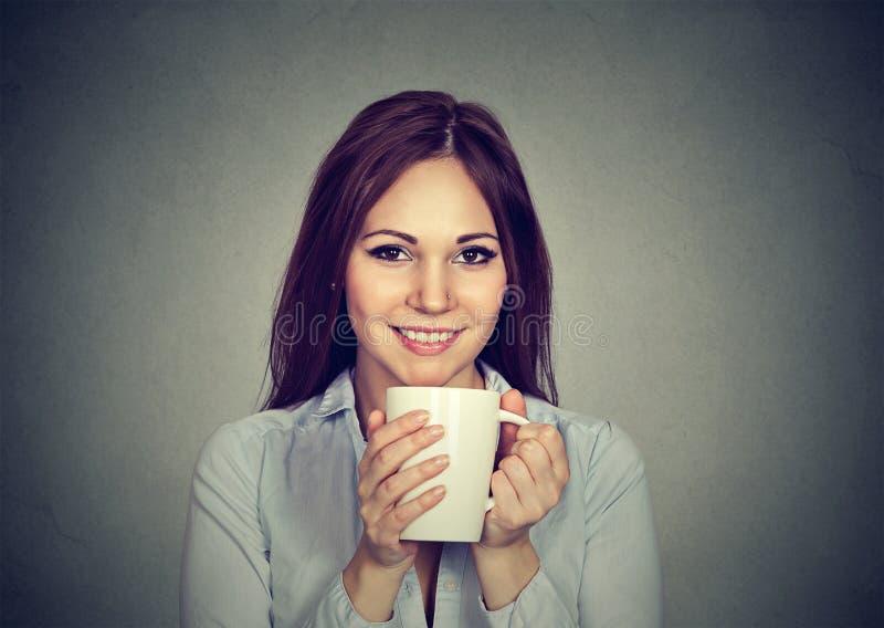 Café potable de femme assez jeune photos libres de droits