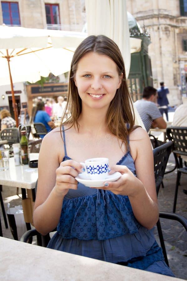 Café potable de femme en café extérieur images stock