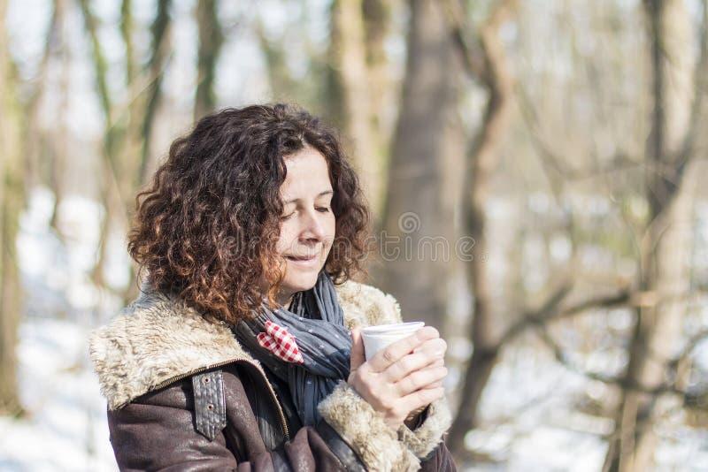 Café potable de femme en hiver photos stock