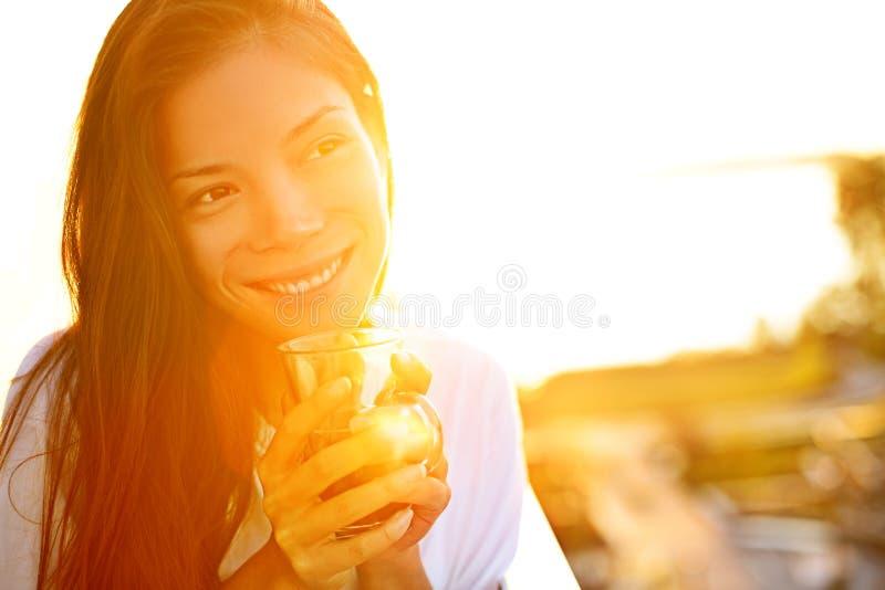 Café potable de femme en soleil images libres de droits