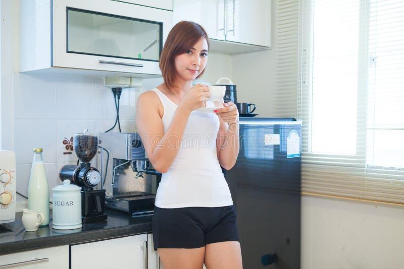 Café potable de jeune femme photo libre de droits