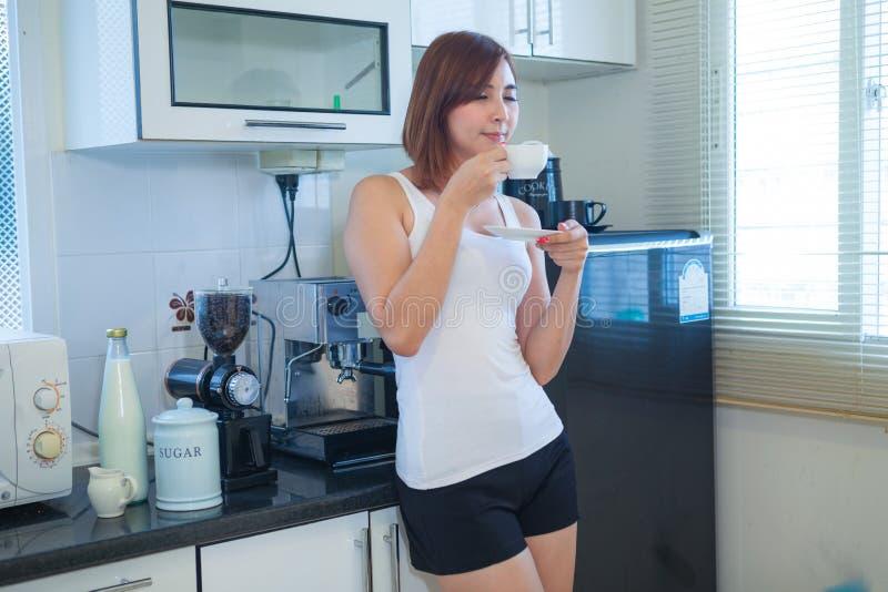 Café potable de jeune femme image libre de droits