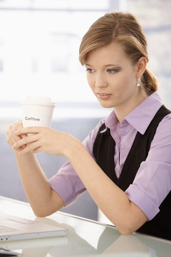 Café potable de jeune femme d'affaires images libres de droits