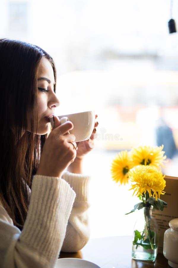 Caf? potable de jeune femme heureuse de tasse au caf? photos libres de droits