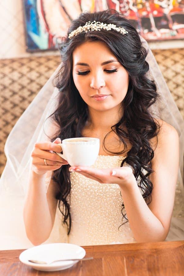Download Café Potable De Jeune Mariée à Un Jour Du Mariage Photo stock - Image du mari, associés: 77156188