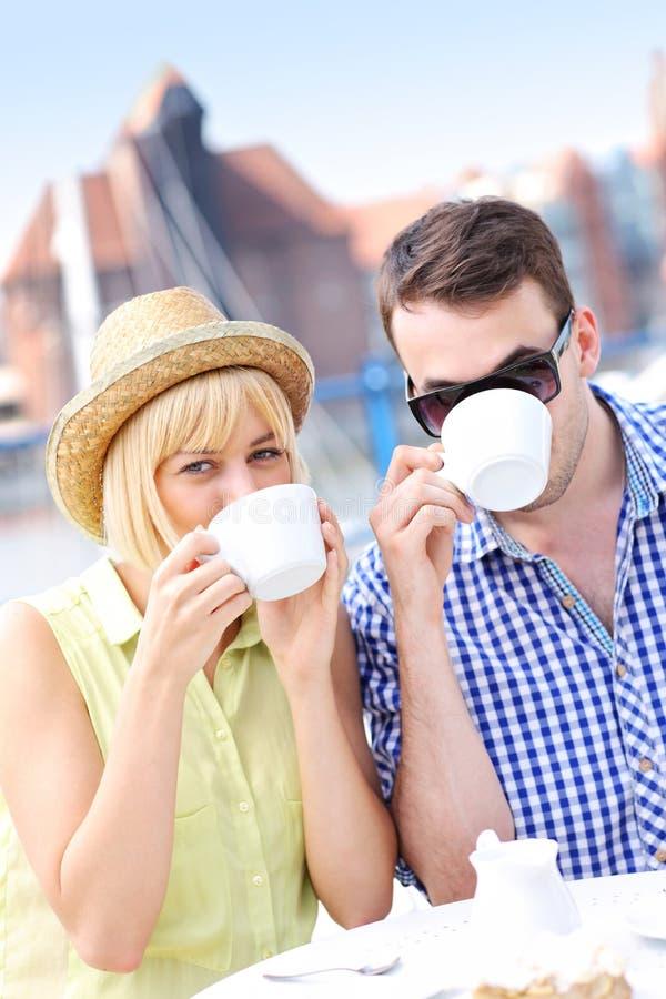 Café potable de jeunes couples photographie stock