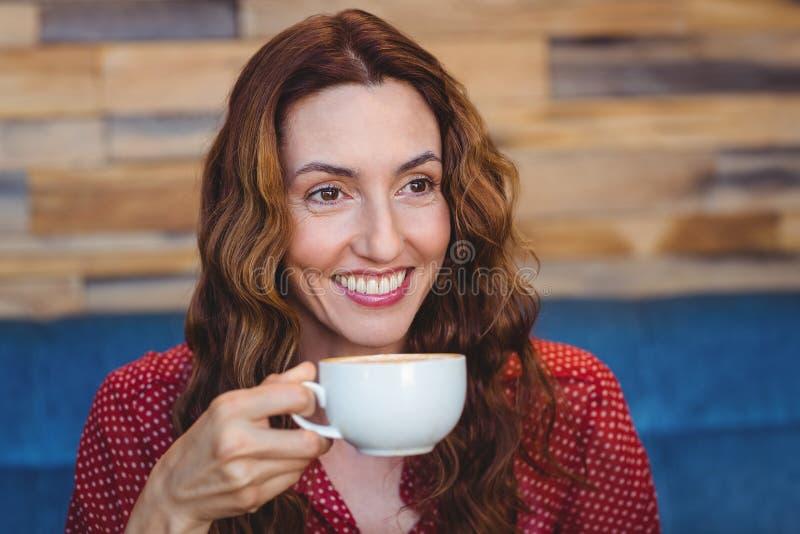 Download Café Potable De Jolie Brune Heureuse Photo stock - Image du attrayant, maison: 56486622