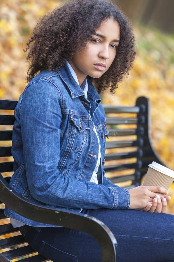 Café potable de métis de femme déprimée triste d'adolescent photographie stock