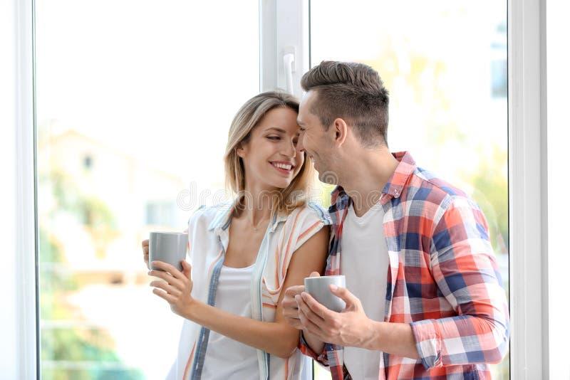 Café potable de matin de jeunes couples heureux photos libres de droits