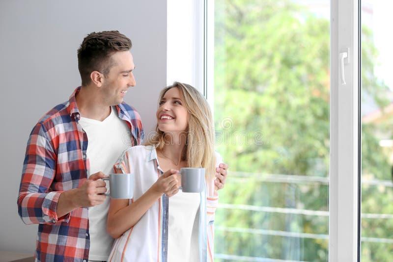 Café potable de matin de jeunes couples heureux photo libre de droits