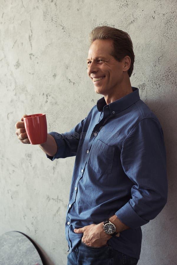 café potable de sourire d'homme âgé par milieu photos libres de droits