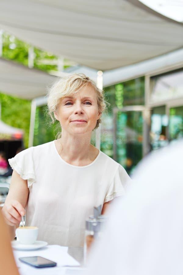 Café potable de sourire de femme agée images libres de droits