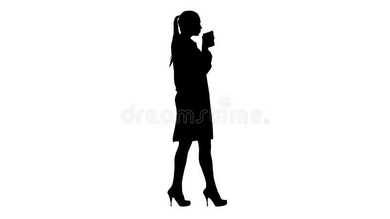 Café potable et marche de docteur féminin de silhouette illustration de vecteur