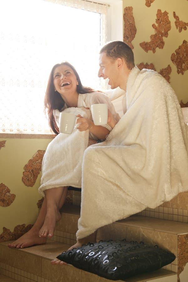 Café potable et rires de jeunes couples photographie stock libre de droits