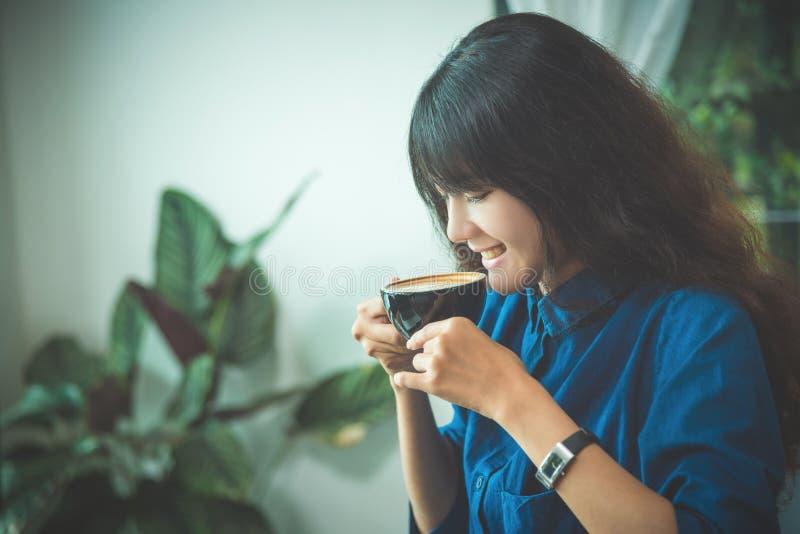 Café potable et sourire de belle jeune femme photo libre de droits