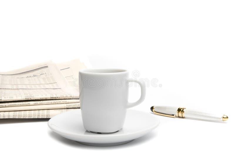 Café près de journal et de stylo financiers photos stock