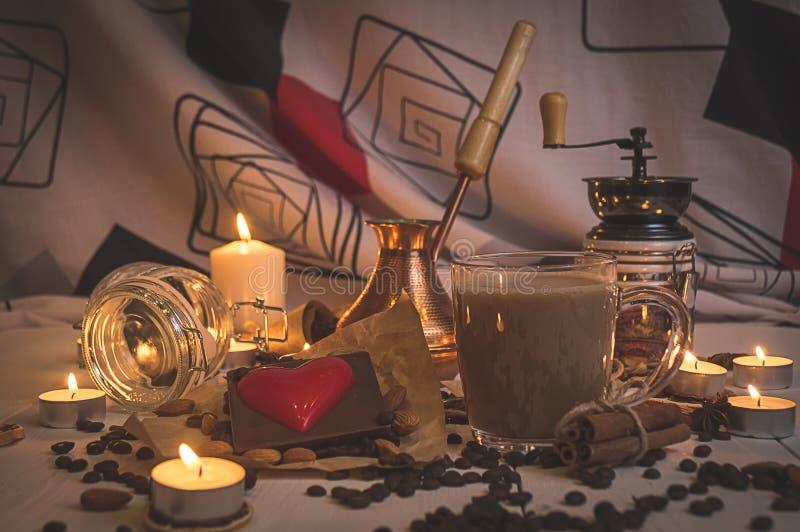 Café preparado con las especias para el día del ` s de la tarjeta del día de San Valentín foto de archivo