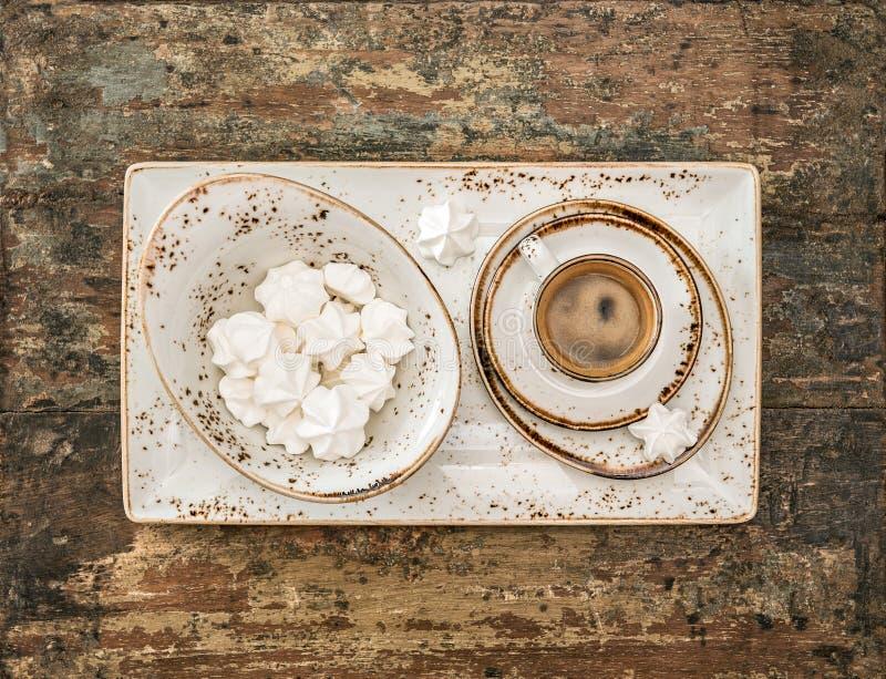 Café preto com cookies da merengue Do estilo vida retro ainda fotos de stock royalty free