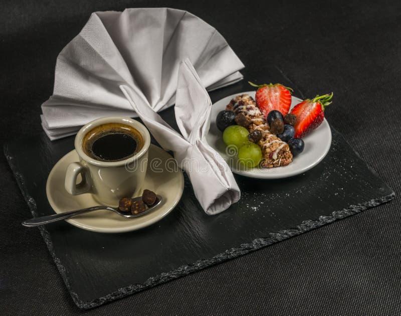 Café preto com copo de creme, café da manhã saudável, energético, barra w imagens de stock