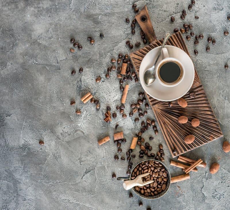Café preto com doces em uma opinião superior do fundo concreto imagens de stock royalty free