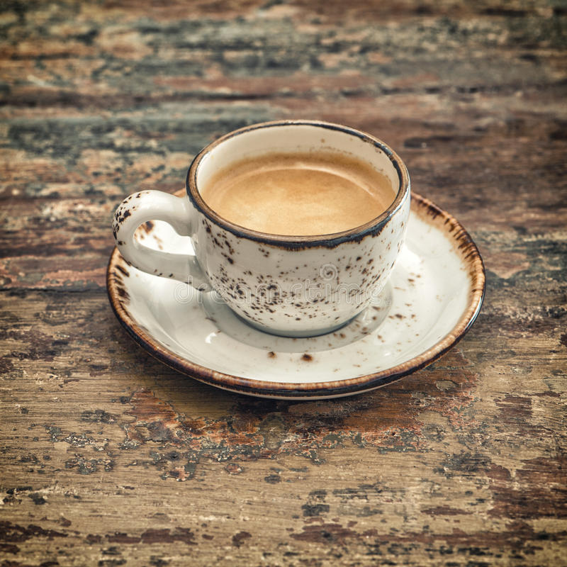 Café preto na tabela de madeira do vintage do estilo vida ainda imagens de stock royalty free