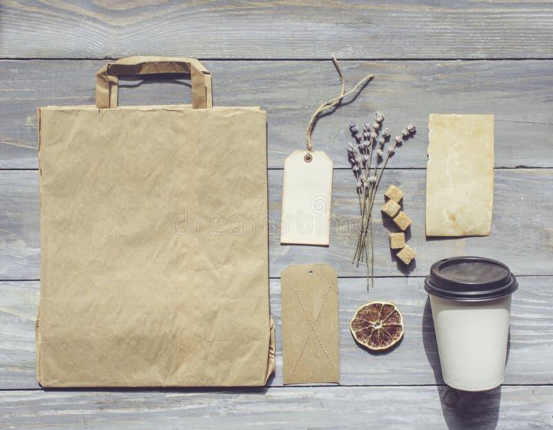 Café preto no copo branco com açúcar, cartões, saco fotos de stock royalty free