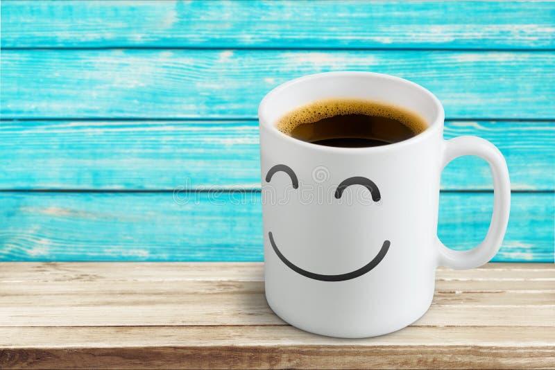 Café preto no copo branco com smiley nele sobre foto de stock royalty free