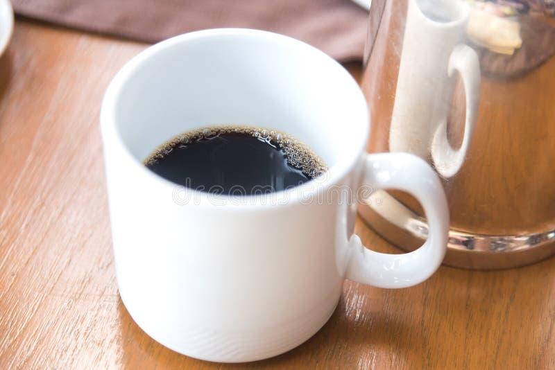 café preto no copo branco na manhã fotografia de stock