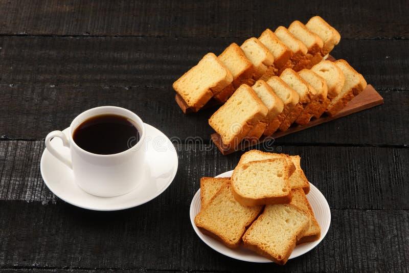 Café preto vista-orgânico aéreo com a cookie do brinde da manteiga foto de stock