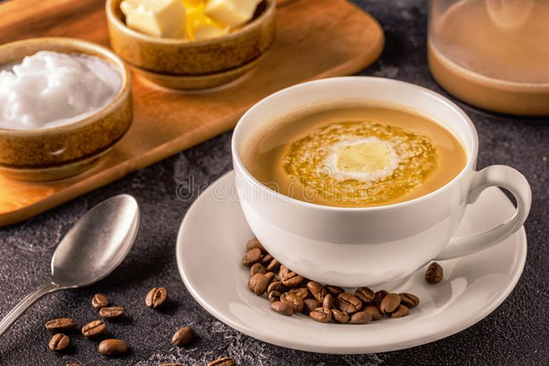 Café a prueba de balas, mezclado con mantequilla orgánica y el coco de MCT foto de archivo