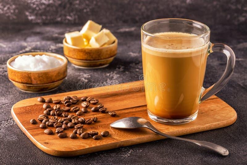 Café a prueba de balas, mezclado con mantequilla orgánica y el coco de MCT foto de archivo libre de regalías