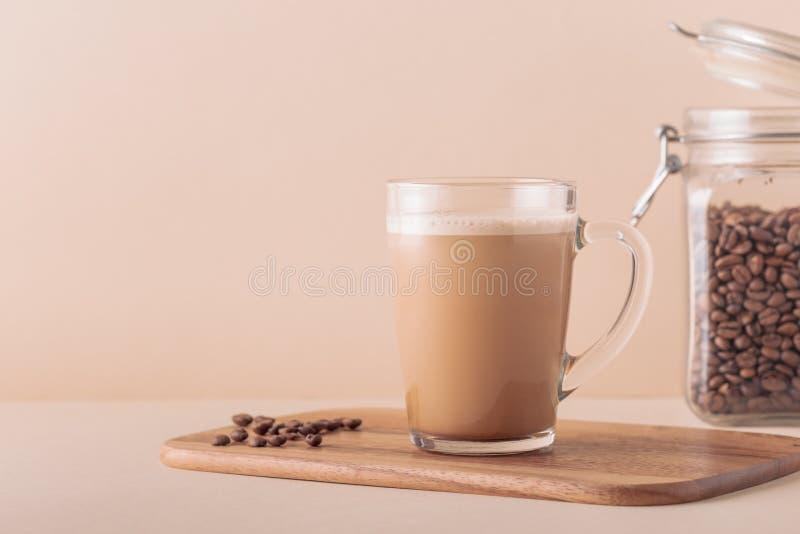 Café a prueba de balas, mezclado con mantequilla orgánica y el coco de MCT fotos de archivo