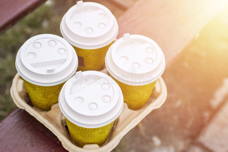 Café quatro take-out no suporte Tome o café para trabalhar para o escritório inteiro Conceito do tempo do café foto de stock royalty free