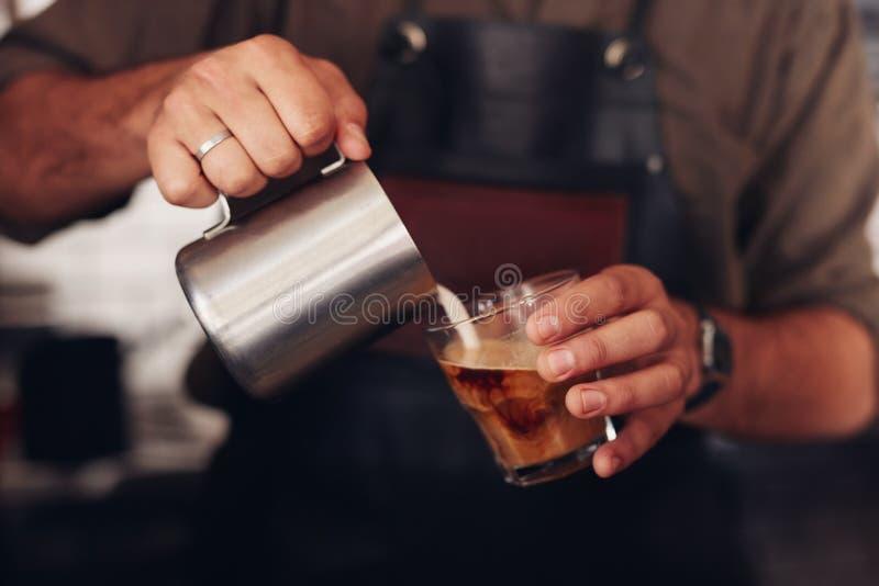 Café que está sendo preparado por um barista imagens de stock royalty free
