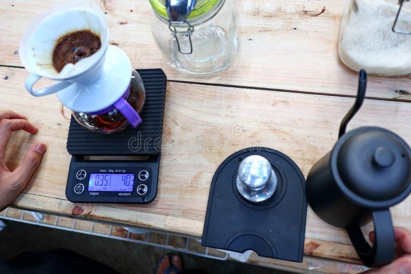 Café que prepara, paso a paso fotografía de archivo